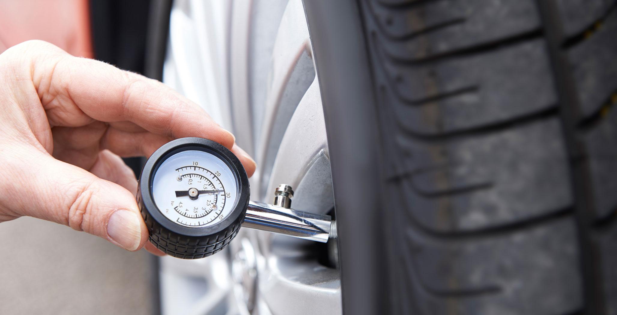 Измерение давления в шинах ТЛК 200 манометром