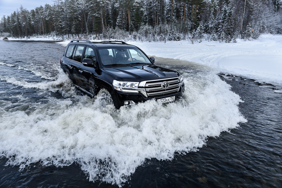Тойота ЛК 200 едет по реке
