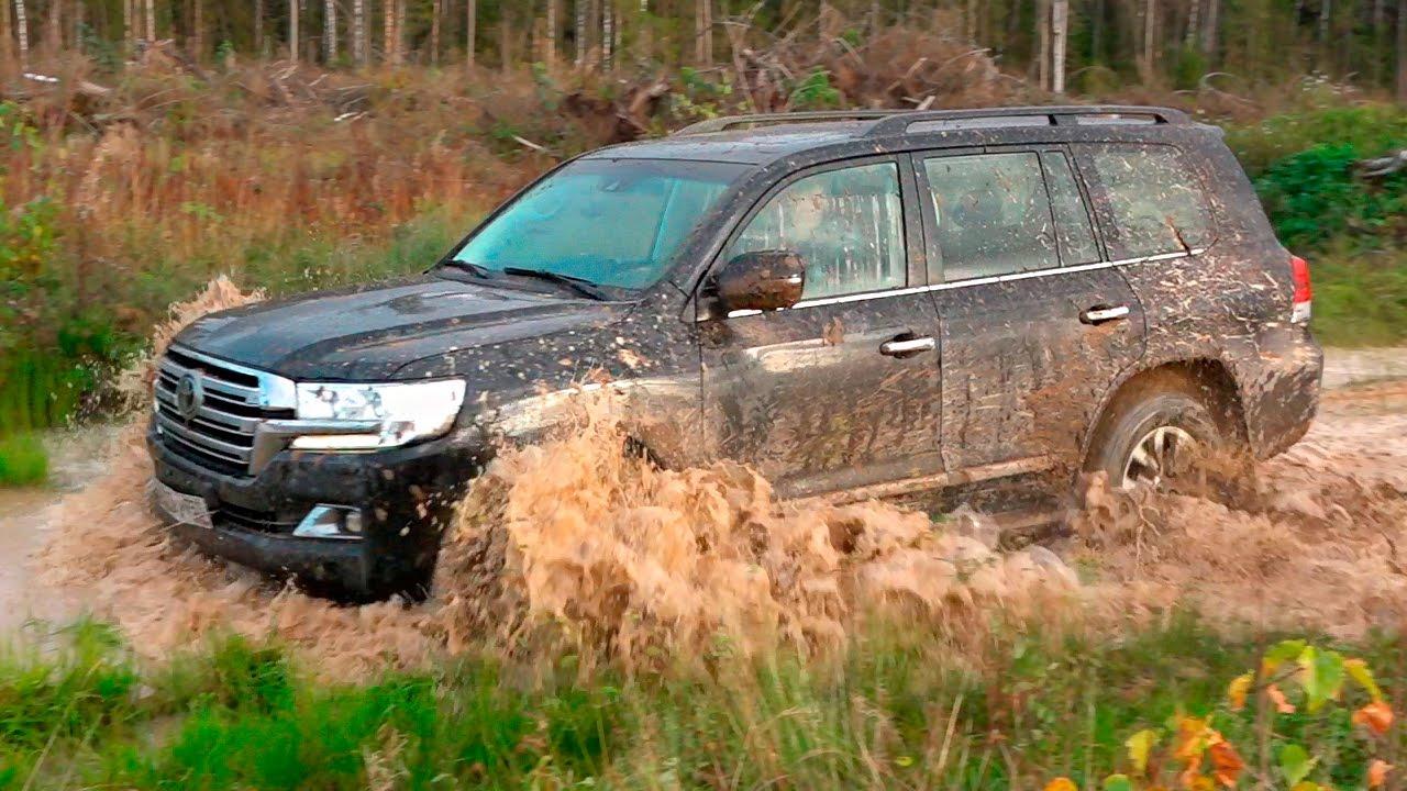 тойота 200 едет в грязи