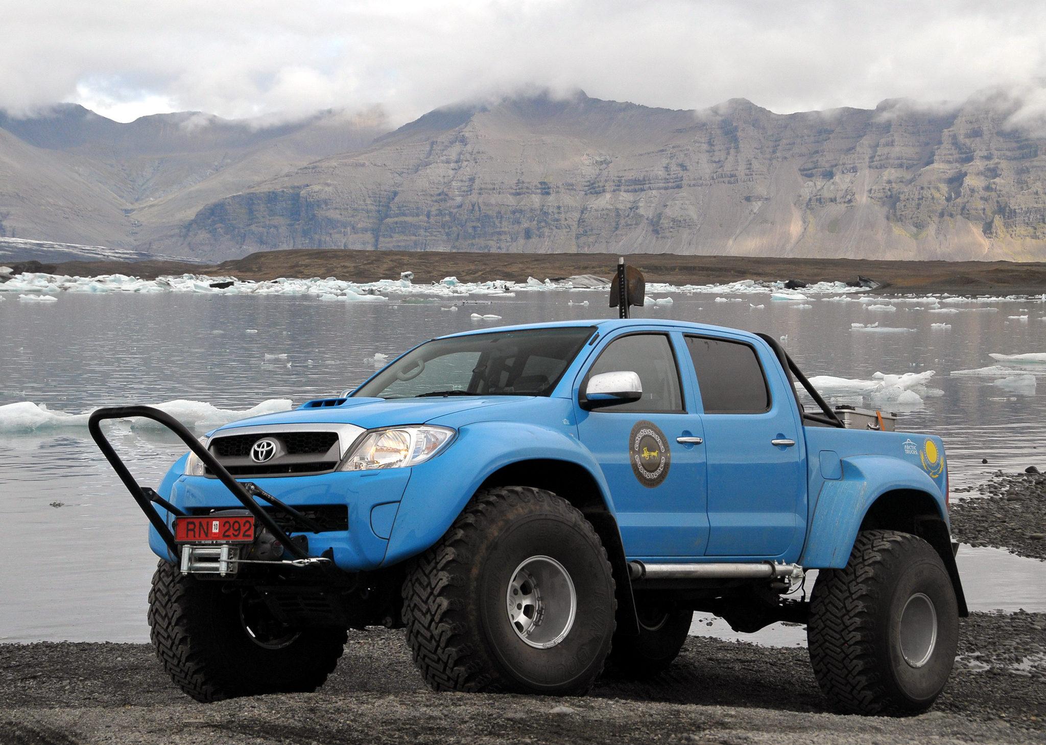 Toyota Hilux Arctic Trucks голубой