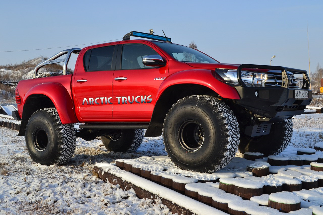 Toyota Hilux Arctic Trucks красная